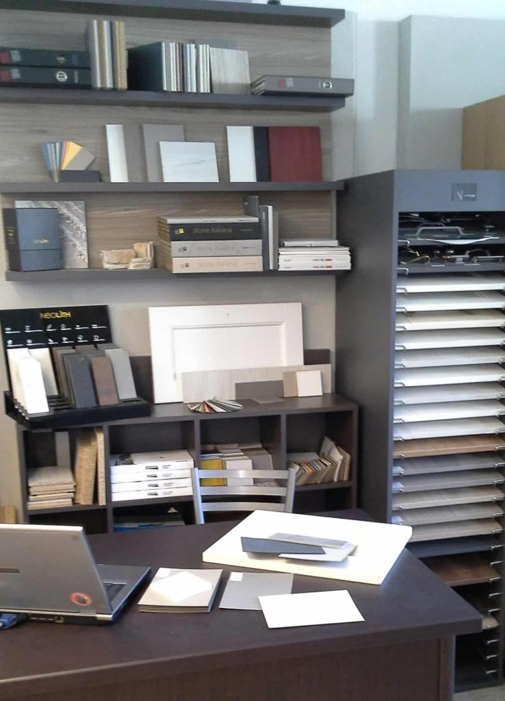 L'angolo dei materiali allestito nel centro cucine specializzato di Lab Cucine Torino.
