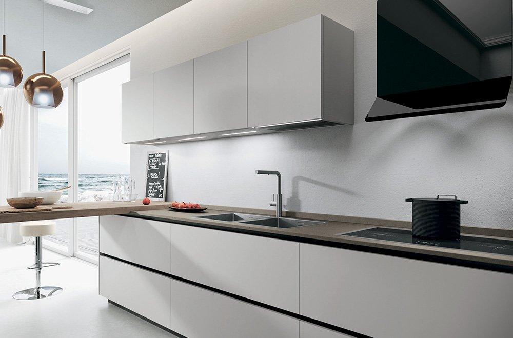 cucina lineare bianca moderna con piano snack di lab cucine torino negozio di cucine in canavese
