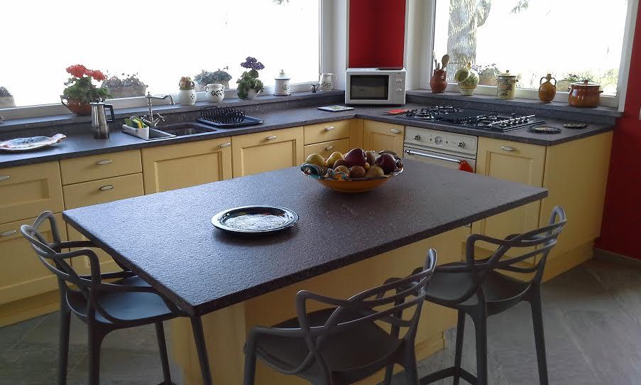 cucina classica in legno decapè giallo presso abitazione cliente di negozio cucine in Canavese