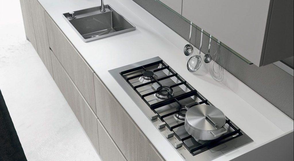 Dettaglio piano lavoro cucina moderna in laminato
