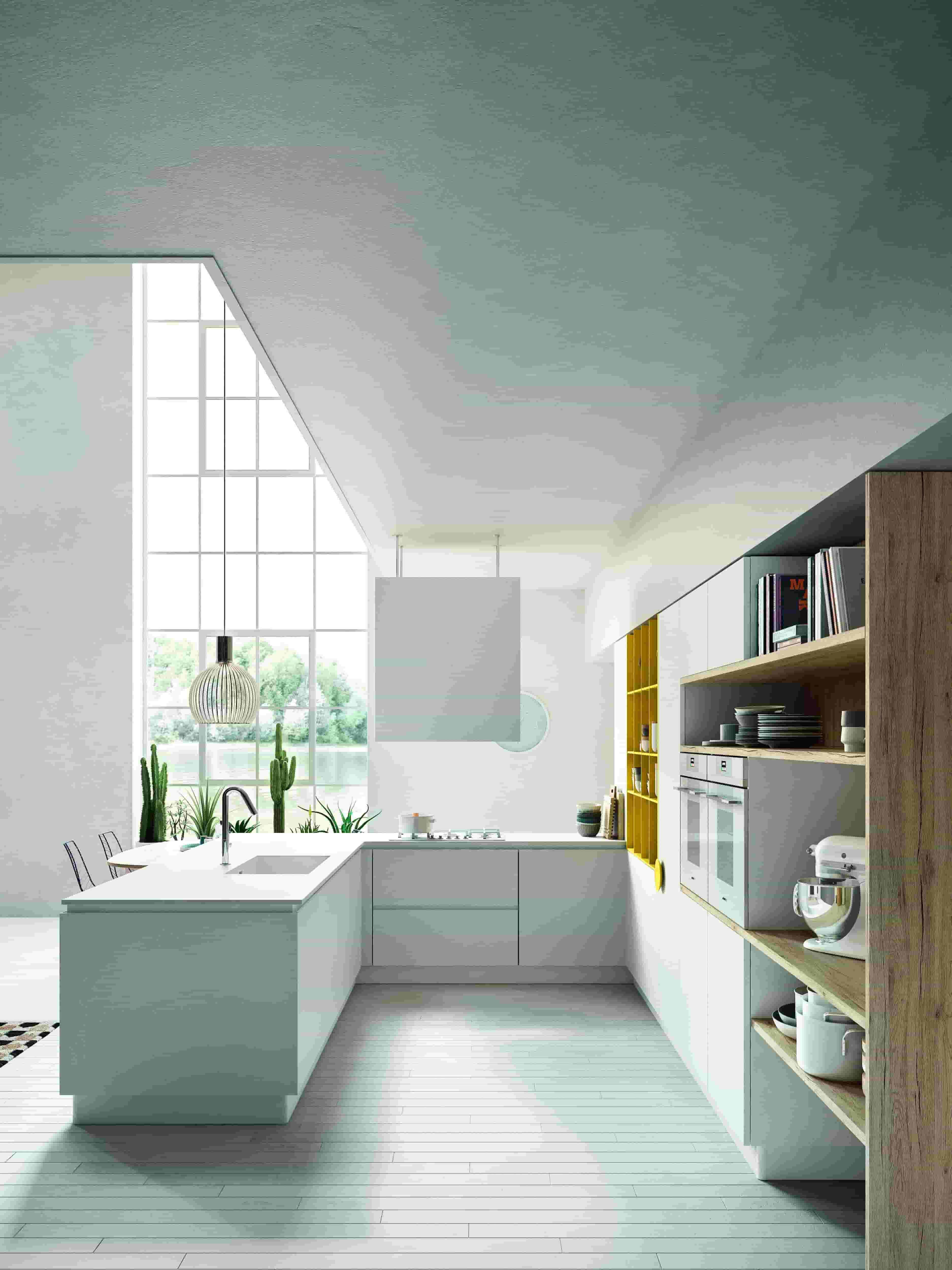 Cucina total white modern a Astra con inserto giallo