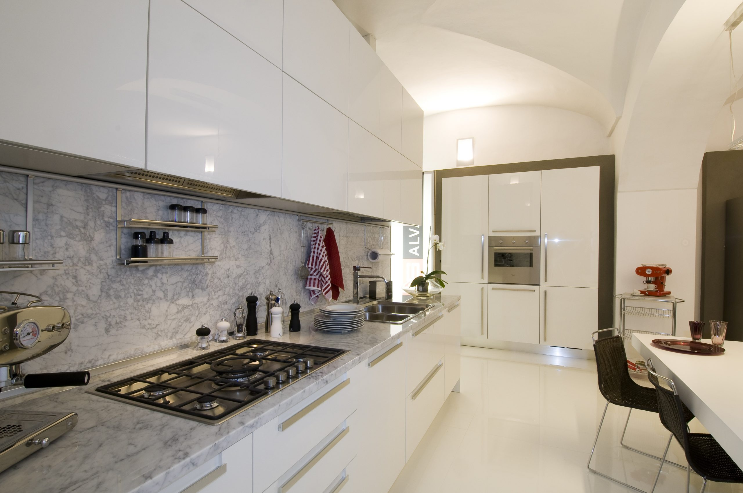 Tra le tipologie di Cucine quella in laccato lucido bianco è sempre molto attuale