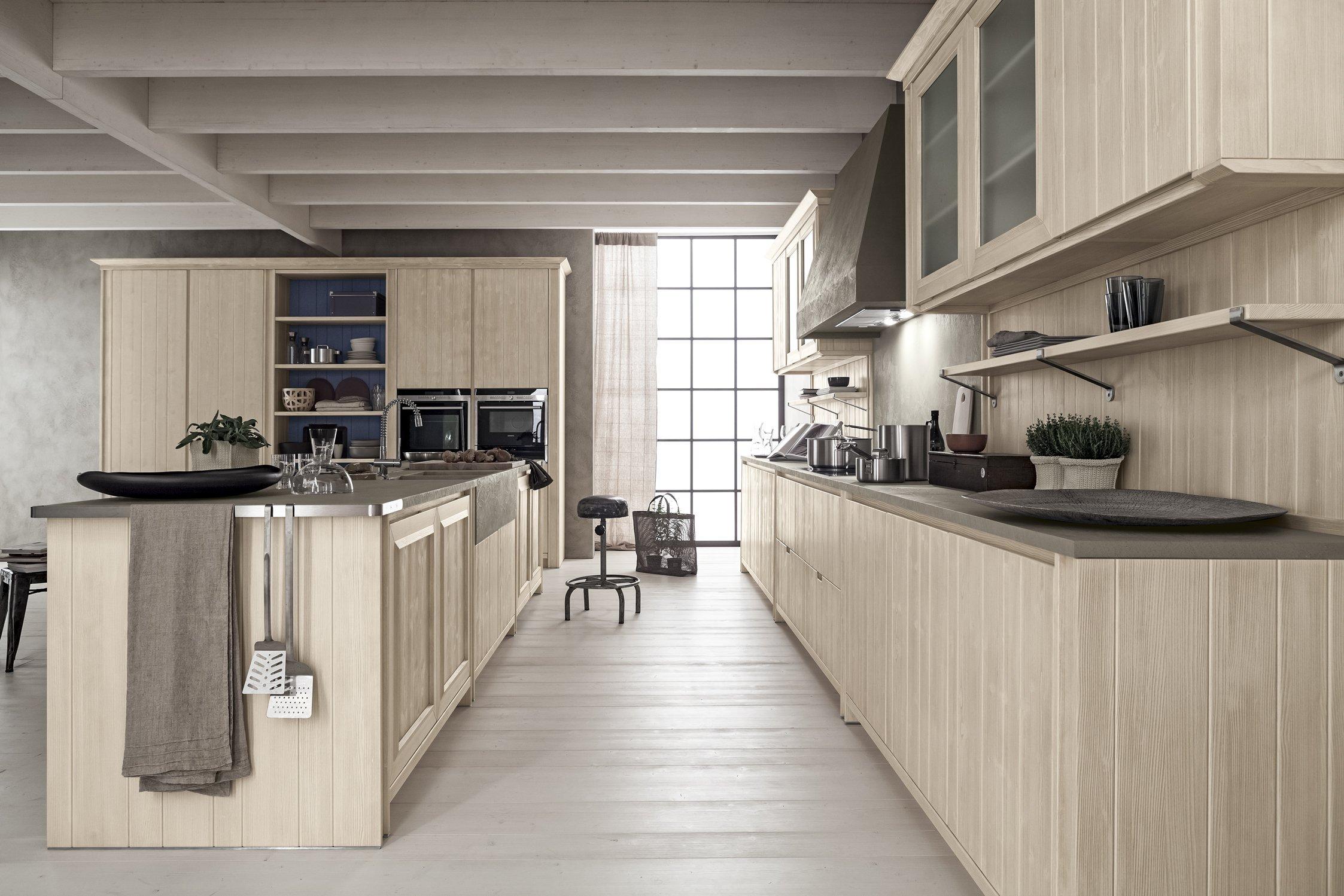 Una cucina in abete spazzolato tra proposte di cucine in stile tradizionale di Lab cCucine Torino