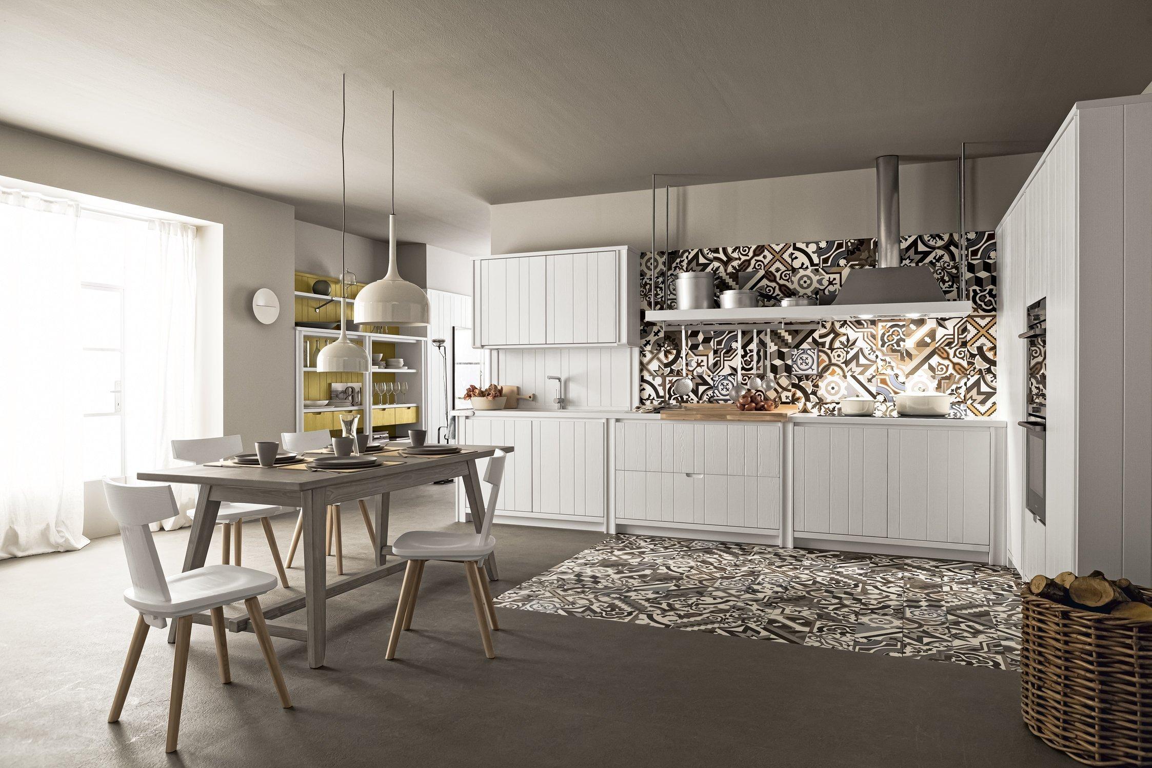 esempio di composizione di cucina tradizionale bianca in legno