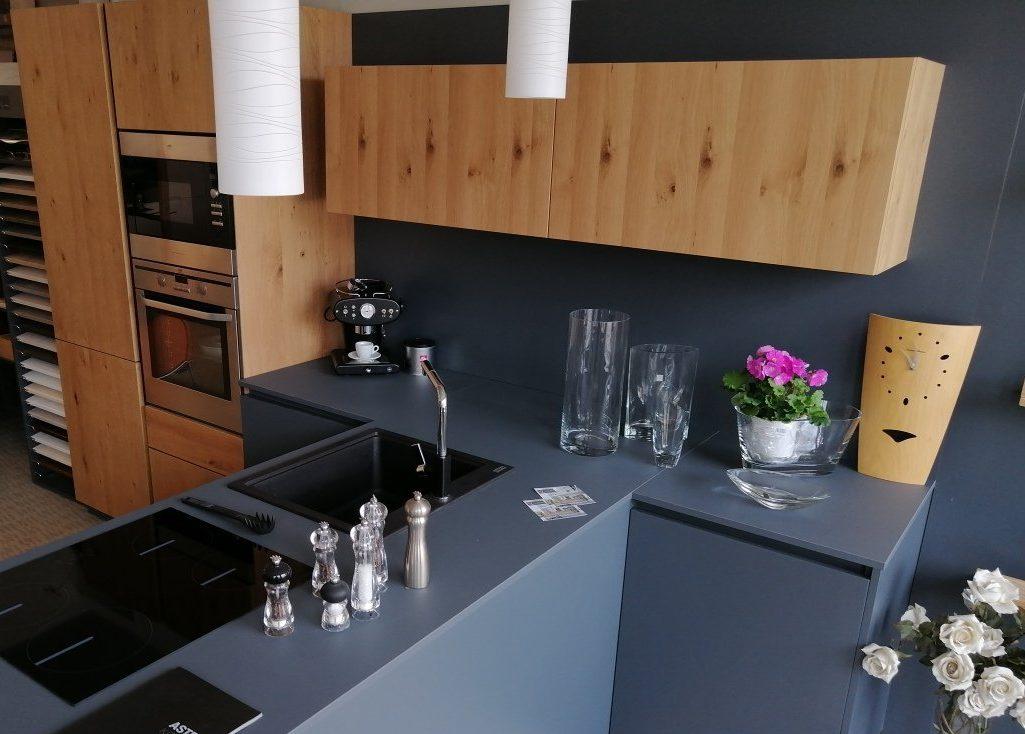 Cucina in Fenix e Legno esposta da Lab Cucine Torino