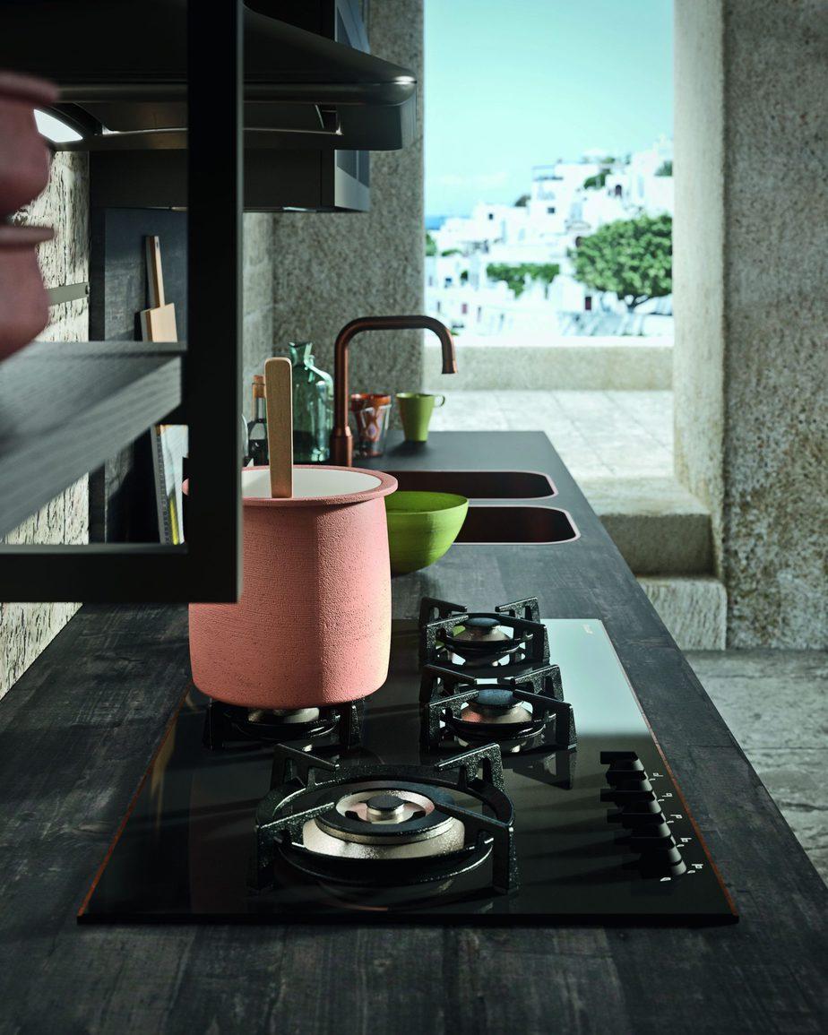 Corpo avanzato in corrispondenza del lavello e dei fuochi nella cucina Tradizionale con Anta Telaio