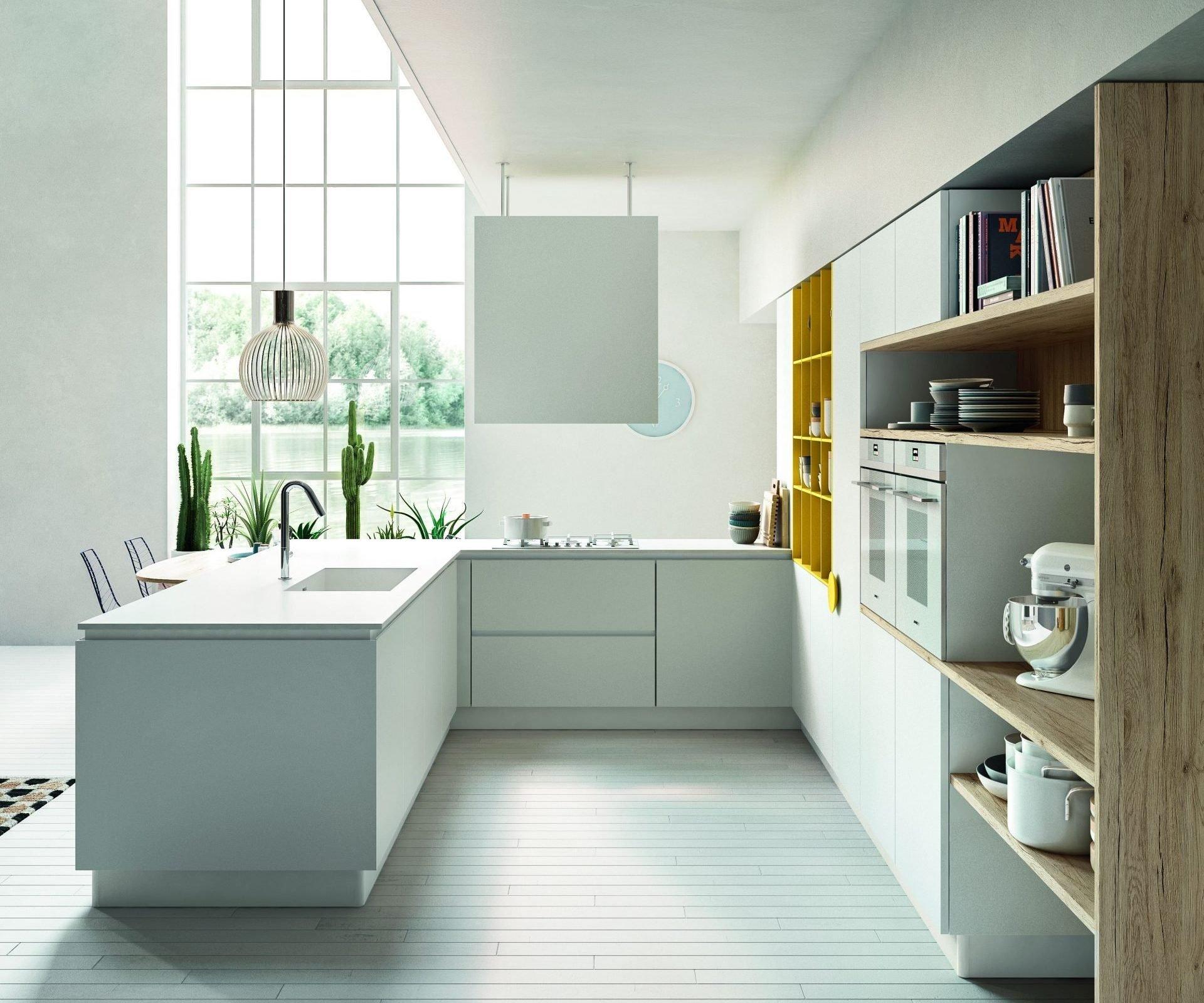 Cucina bianca moderna con sviluppo a C.