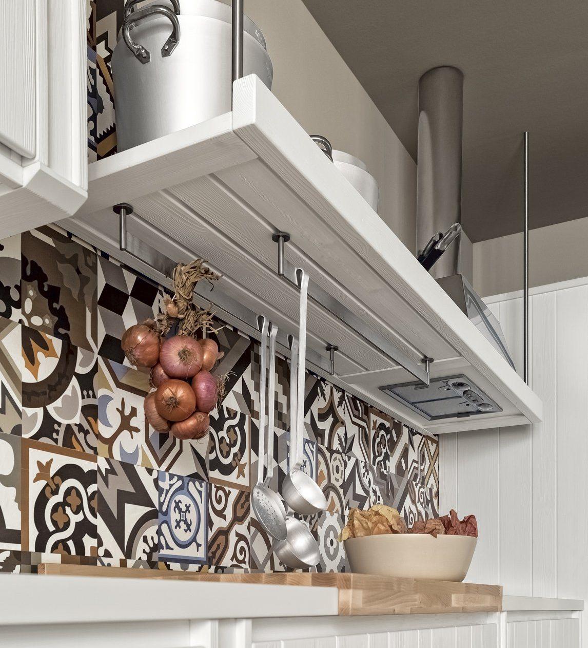 Cappa in acciaio in una cucina tradizionale bianca di Scandola.