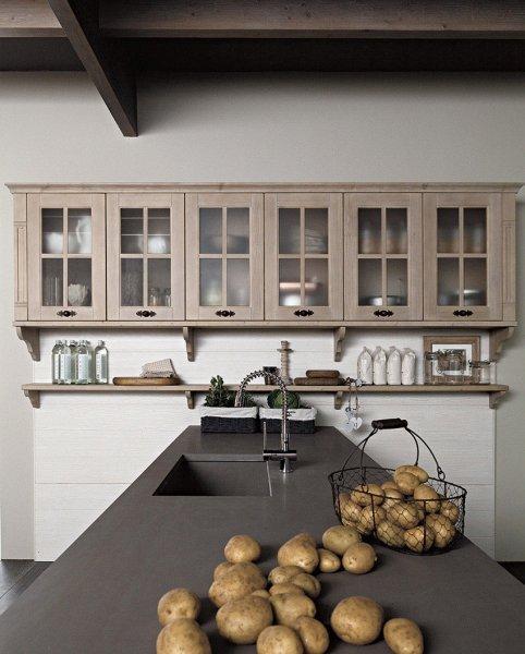 Piano lavoro e serie di vetrine pensili di cucina tradizionale in abete spazzolato
