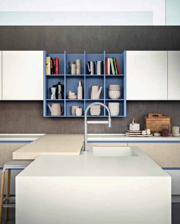 La cucina bianca moderna in laminato si personalizza con il colore dellelemento a cubotti del pensile a giorno.