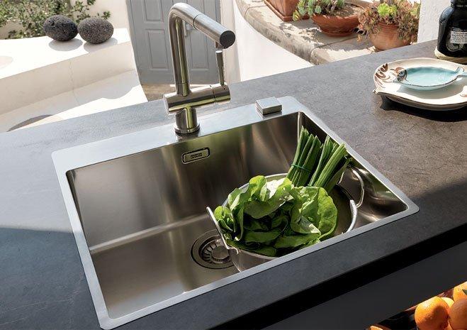 lavello monovasca inox a semifilo; una soluzione attuale per progettare la cucina moderna.