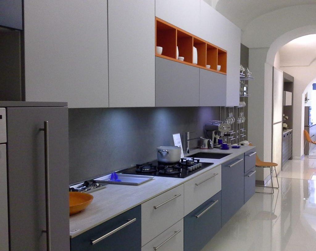 composizione cucina multicolore che interpreta tra gli stili di cucine e segni zodiacali i caratteri del segno gemelli