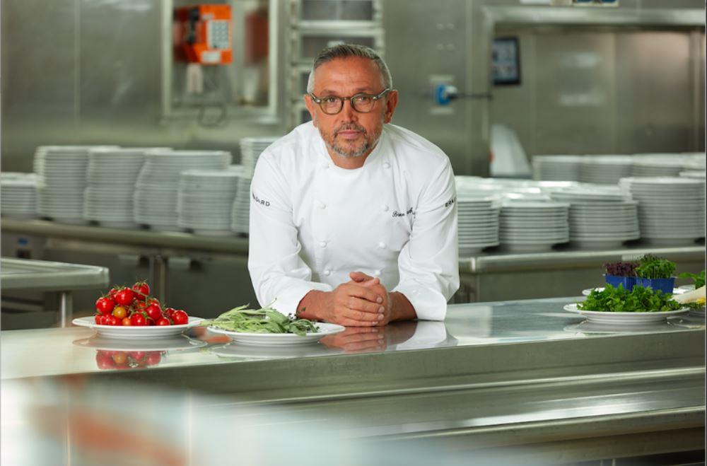Bruno Barbieri nel suo spazio creativo con le erbe aromatiche in cucina