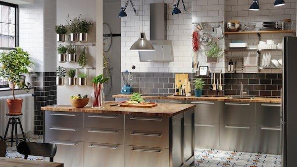 Modernissima composizione cucina frontali in inox lucido, con angolo di erbe aromatiche in cucina