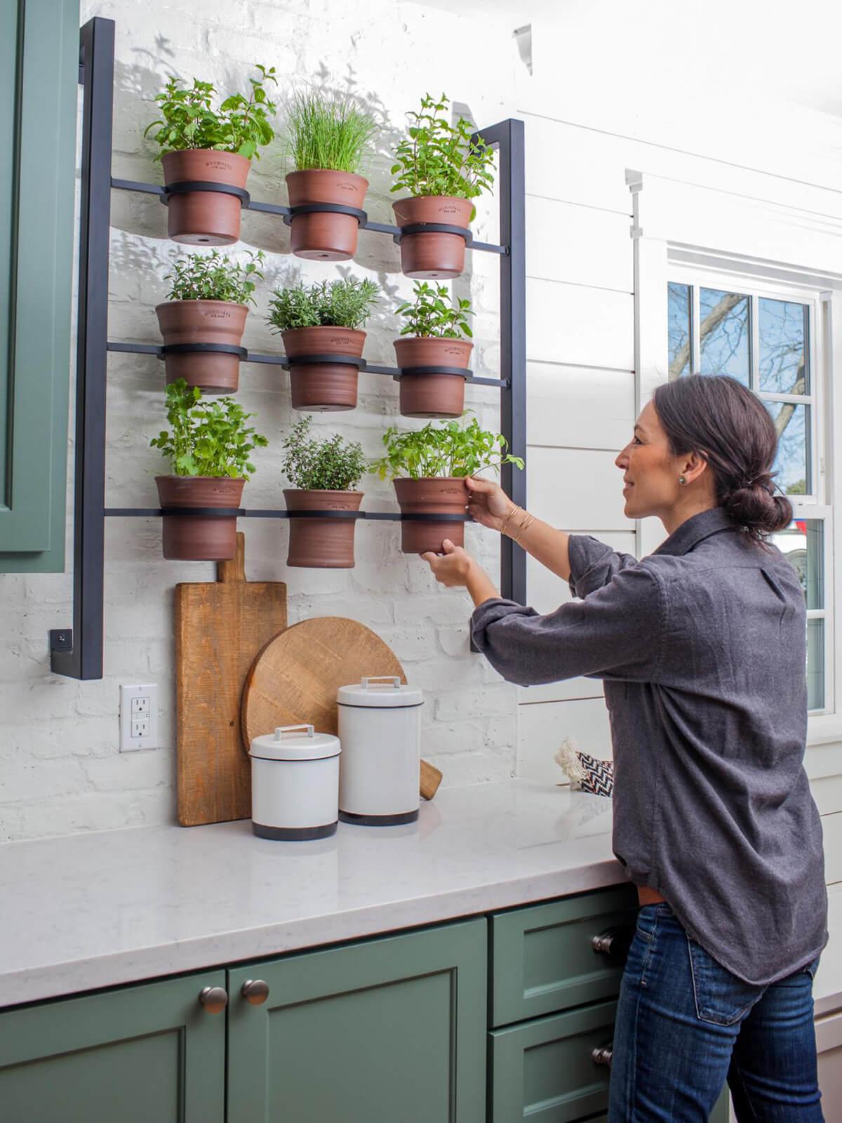 Un esempio di allestimento di angolo verde di erbe aromatiche in cucina realizzato dalla nota interior designer Joanna Gaines dello studio Magnolia Homes