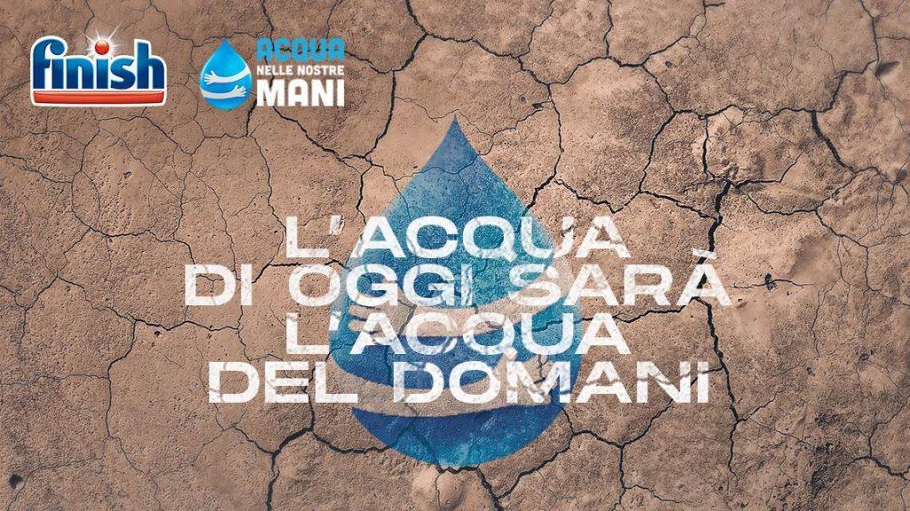 """immagine della campagna di finish per il risparmio di acqua in cucina dal titolo """"acqua nelle nostre mani"""""""