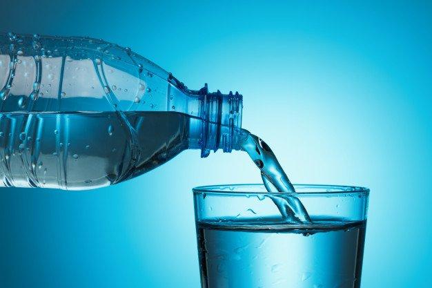riempire il bisccgiere d'acqua in cucina dalla bottiglia di minerale
