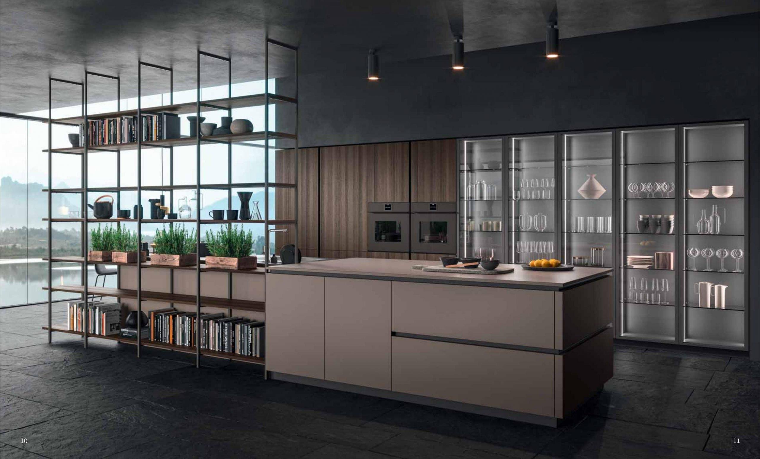Della serie cucine XXL, composizione attrezzata con una ampia parete di colonne e isola a centro stanza